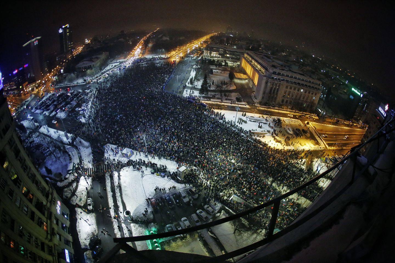 Mulțimea din fața Guvernului protestează contra Legii Grațierii și Amnistiei. FOTO: Cristian Vasile